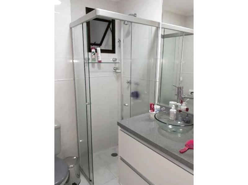 Ipiranga, Apartamento Padrão-Banheiro da suíte com piso de cerâmica, cuba sobre posta, gabinete, box de vidro e teto com moldura de gesso.