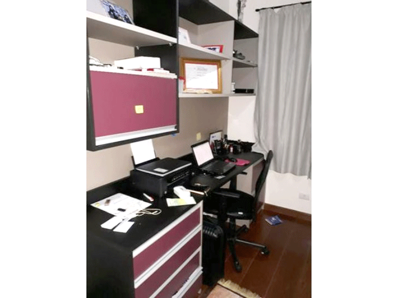 Ipiranga, Apartamento Padrão-3º dormitórios com piso de madeira, armários planejados e teto com moldura de gesso.