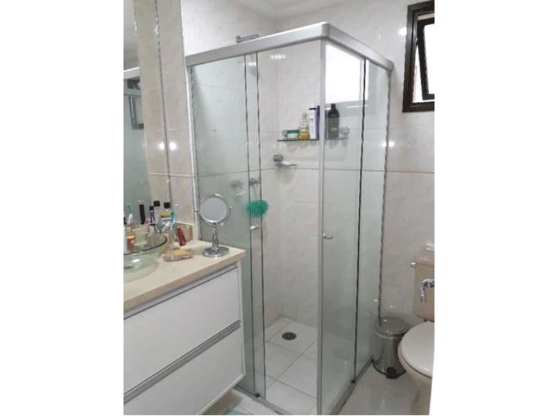 Ipiranga, Apartamento Padrão-Banheiro social com piso de cerâmica, cuba sobre posta, gabinete, box de vidro e teto com moldura de gesso.