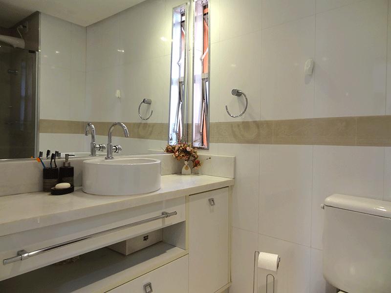 Sacomã, Apartamento Padrão-Banheiro com piso de porcelanato, teto rebaixado, cuba sobreposta, bancada de mármore, gabinete e box de vidro.