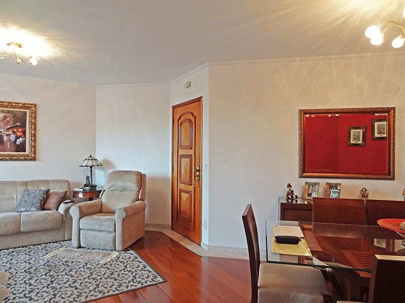 , -Sala com dois ambientes, piso de madeira e teto com moldura de gesso.