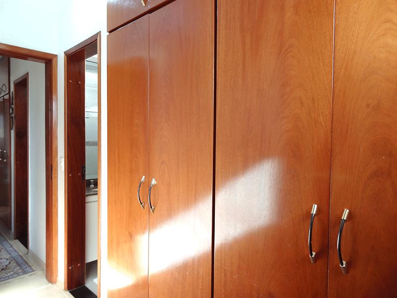 , -Suíte com piso laminado, teto com moldura de gesso e armários planejados.
