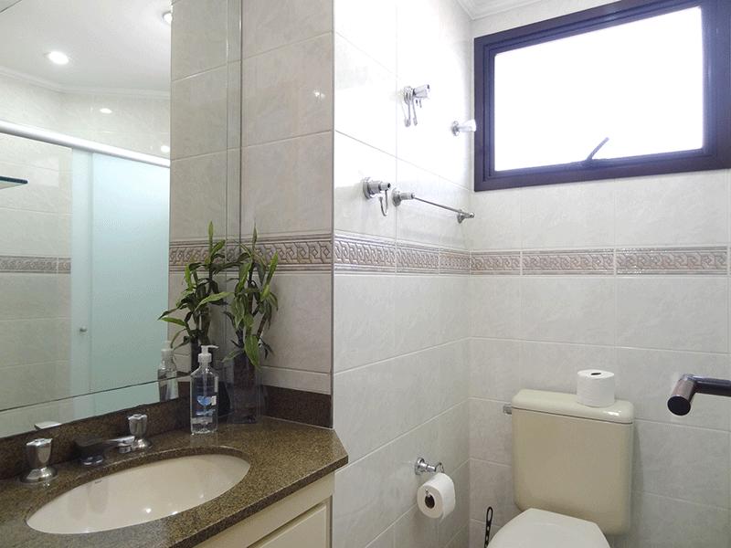 , -Banheiro da suíte com pia de granito, gabinete, box de vidro e teto com moldura de gesso.
