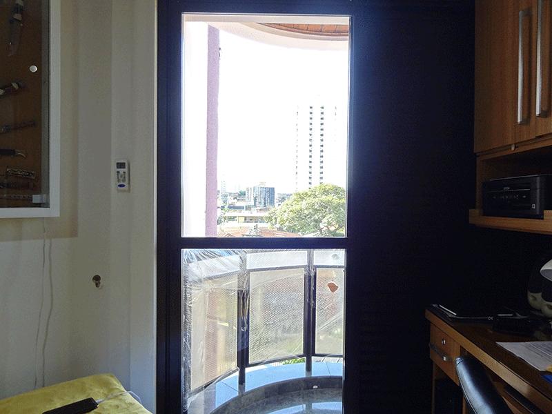 , -Sacada do dormitório com piso de granito e teto de madeira.