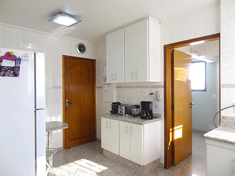 , -Cozinha com piso de granito, teto com moldura de gesso, pia de granito, gabinete e armários planejados.