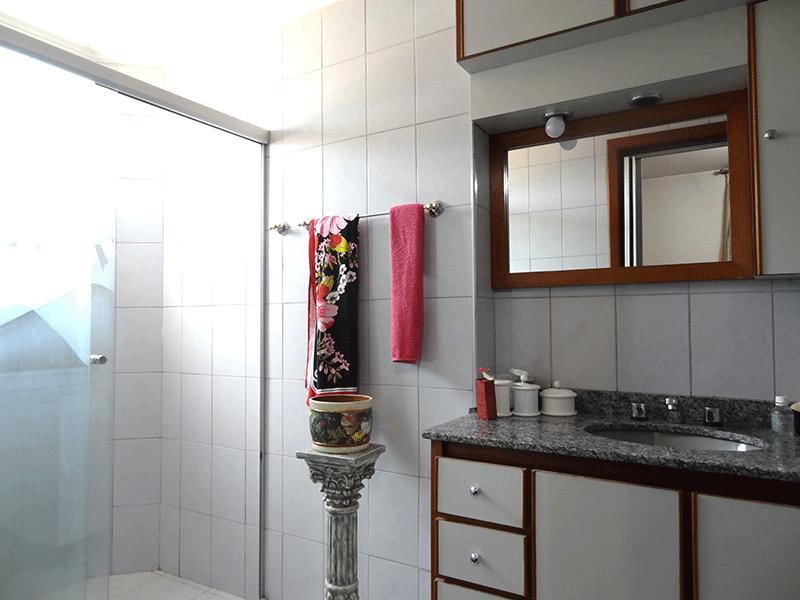 Ipiranga, Apartamento Padrão-Banheiro da suíte com piso de cerâmica, teto com moldura de gesso, pia de granito, gabinete, hidro e box de vidro.