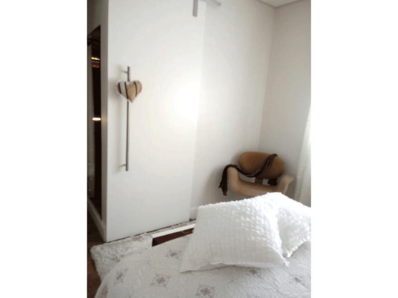 Sacomã, Apartamento Padrão-Suíte com piso de madeira e teto sanca com moldura de gesso.