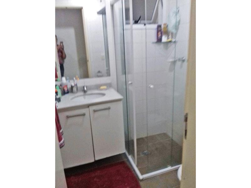 Ipiranga, Apartamento Padrão-Banheiro social com piso de cerâmica, pia de mármore e box de vidro.