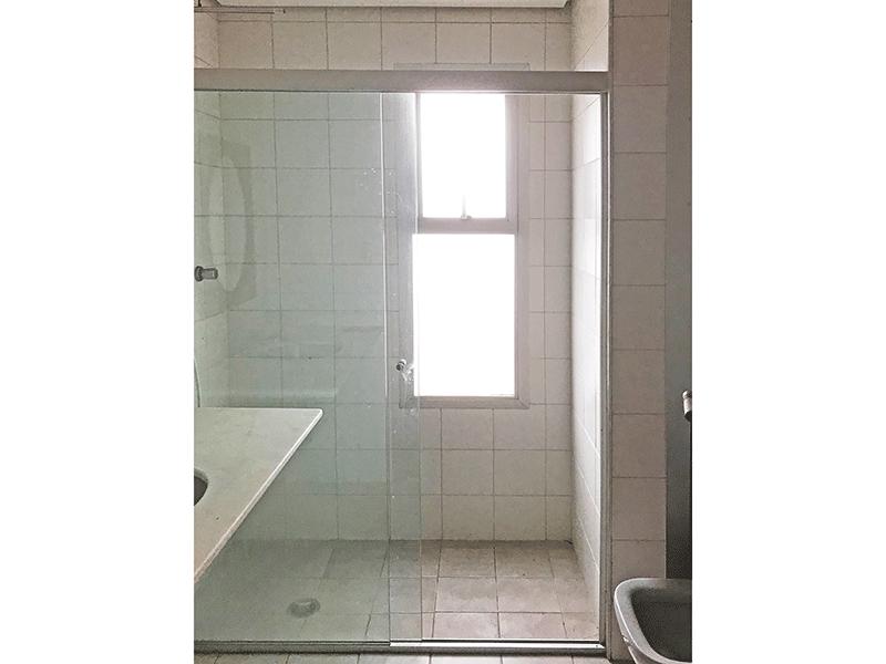 Ipiranga, Apartamento Padrão-Banheiro com piso de cerâmica, teto rebaixado, pia de mármore e box de vidro.