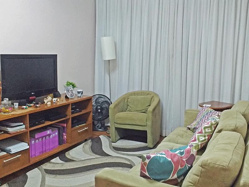Jabaquara, Apartamento Padrão-Sala com dois ambientes, piso de madeira e teto com moldura de gesso.