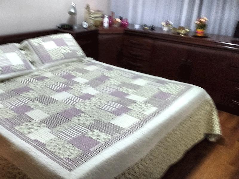 Jabaquara, Apartamento Padrão-1º dormitório com piso de madeira, teto com moldura de gesso e armários planejados.
