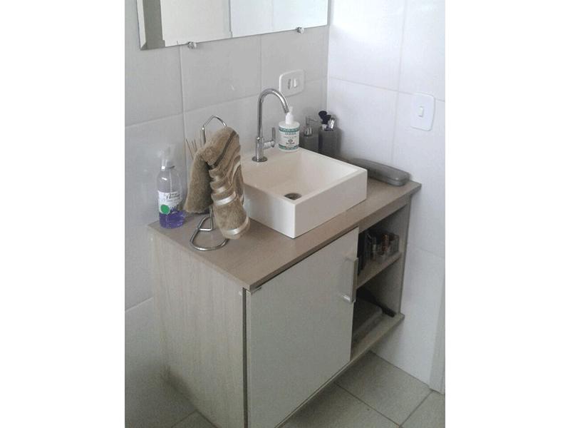 Ipiranga, Apartamento Padrão-Banheiro social com piso de cerâmica, cuba sobreposta, gabinete e box de vidro.