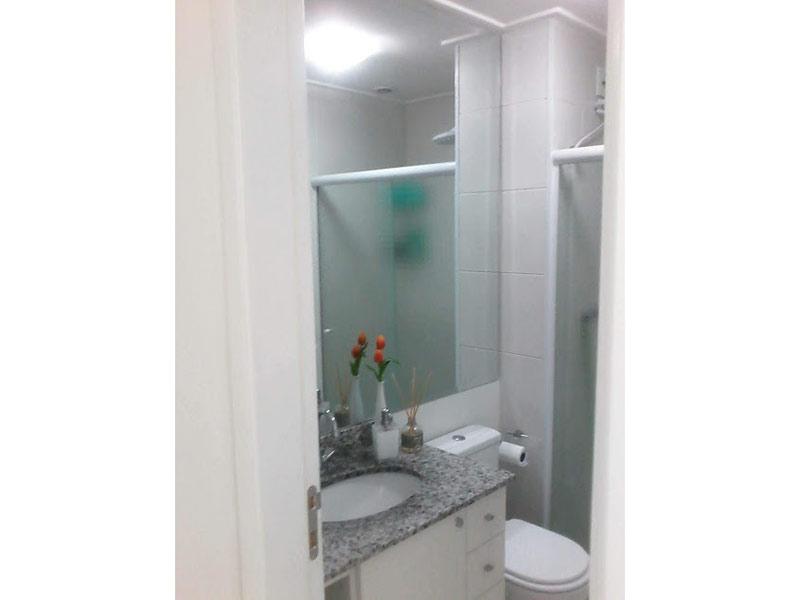 Sacomã, Apartamento Padrão-Banheiro com piso de cerâmica, pia de granito, gabinete e box de vidro.