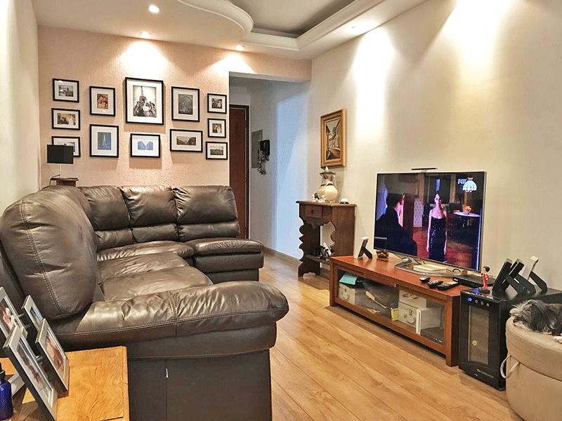 Ipiranga, Apartamento Padrão-Sala com dois ambientes, piso de madeira, teto sanca de gesso e iluminação embutida.