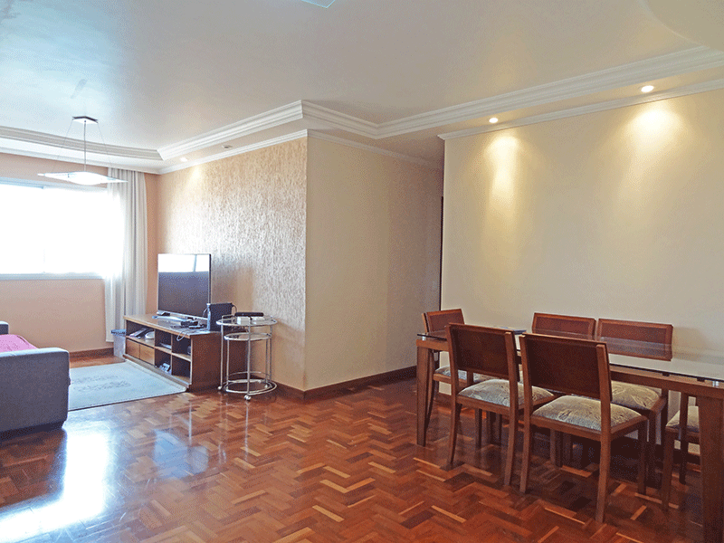 Jabaquara, Apartamento Padrão - Sala com dois ambientes, piso de madeira, teto com moldura de gesso e iluminação embutida.