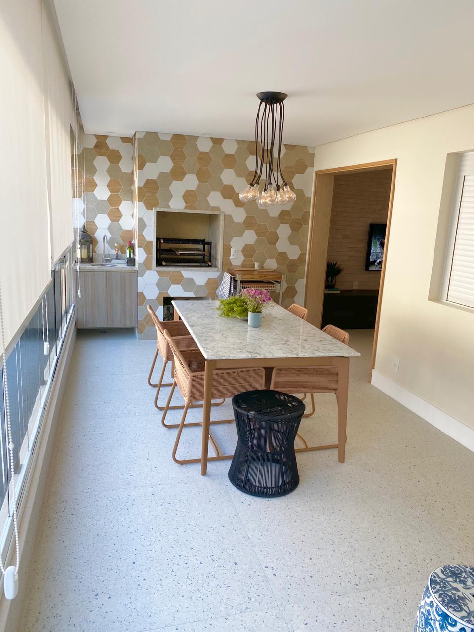 Ipiranga, Apartamento Padrão-Varanda gourmet com piso de cerâmica Portinari, cortina de vidro, persiana, pia de granito e churrasqueira.