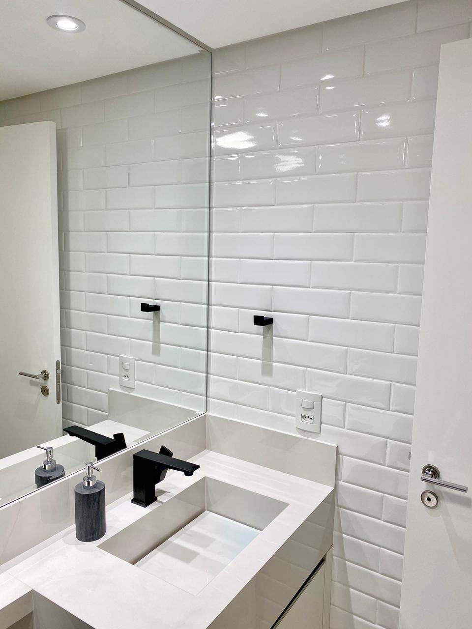 Ipiranga, Apartamento Padrão-Wc suíte com piso cerâmica Portinari, pia de porcelana, gabinete e box de vidro