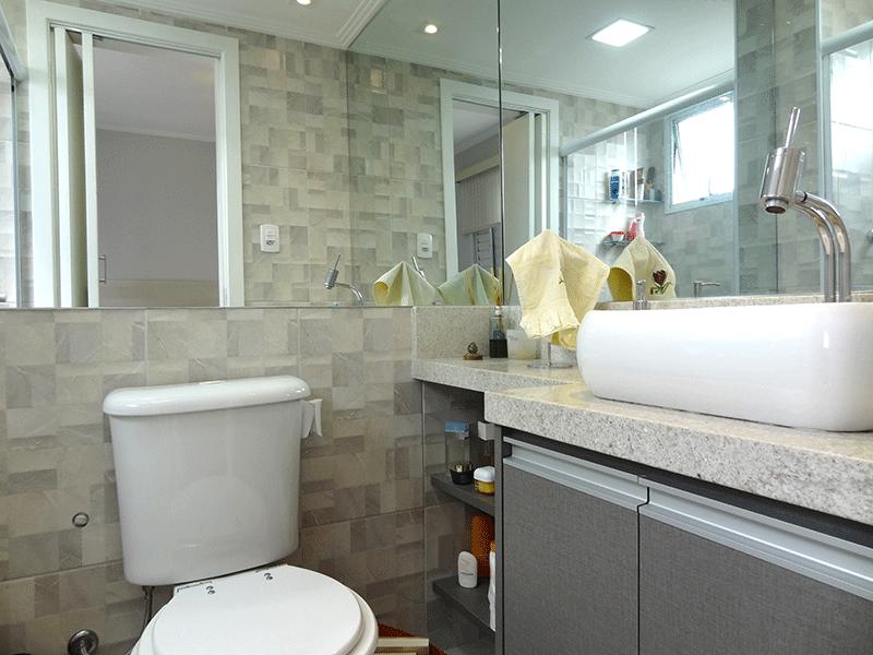 Sacomã, Apartamento Padrão-Banheiro da suíte com piso de porcelanato, teto com moldura de gesso, iluminação embutida, cuba sobreposta, bancada de granito, gabinete e box de vidro.