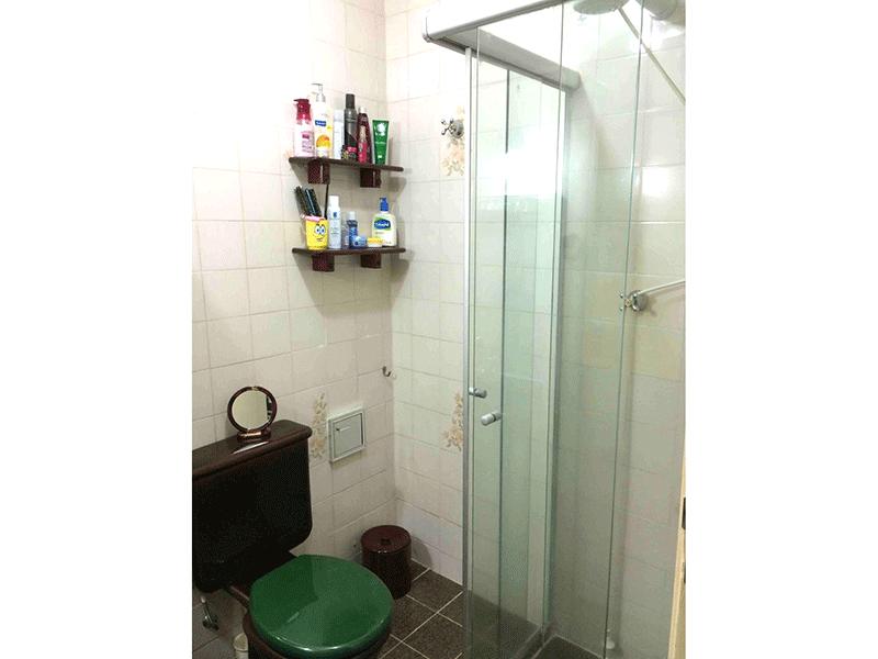 Sacomã, Apartamento Padrão-Banheiro com piso de granito, pia de porcelana e box de vidro.