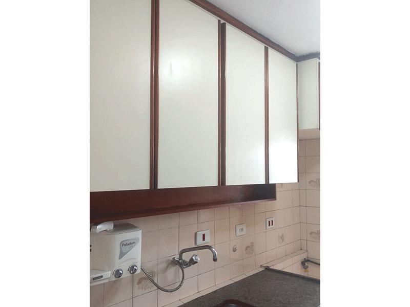 Sacomã, Apartamento Padrão-Cozinha com piso de porcelanato, pia de granito, gabinete e armários planejados.