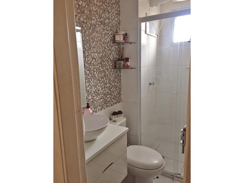 Sacomã, Apartamento Padrão-Banheiro com piso de cerâmica, cuba sobreposta, gabinete e box de vidro.