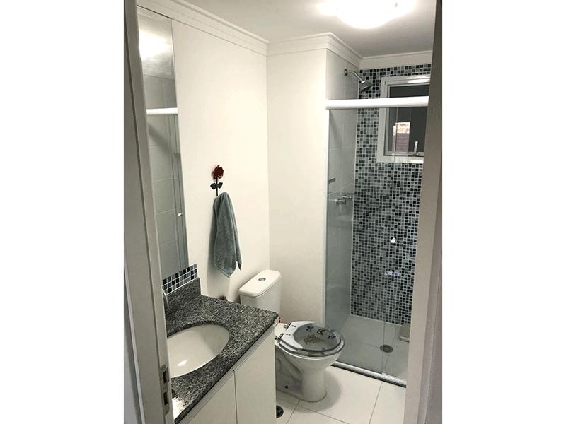 Ipiranga, Apartamento Padrão-Banheiro social com piso de cerâmica, teto com moldura de gesso, pia de granito, gabinete e box de vidro.
