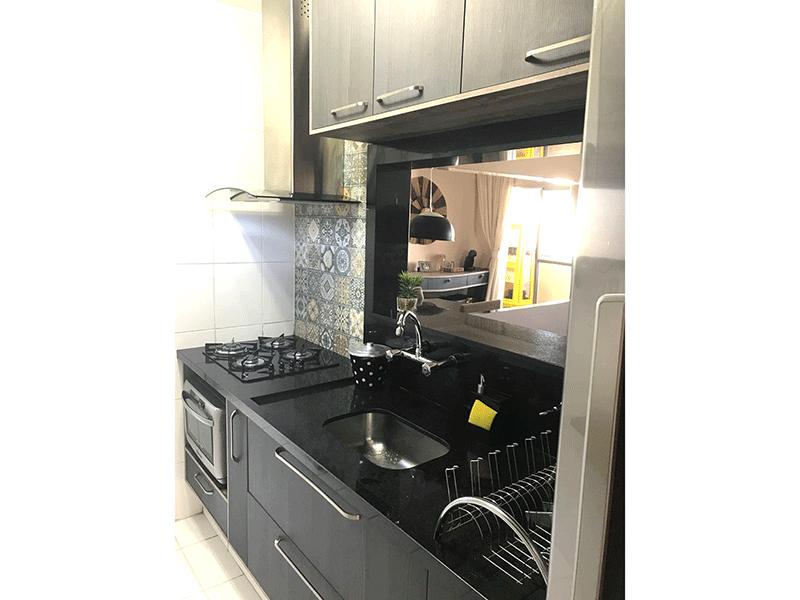 Sacomã, Apartamento Padrão-Cozinha com passa prato, piso de cerâmica, pia de granito, gabinete, cooktop e armários planejados.