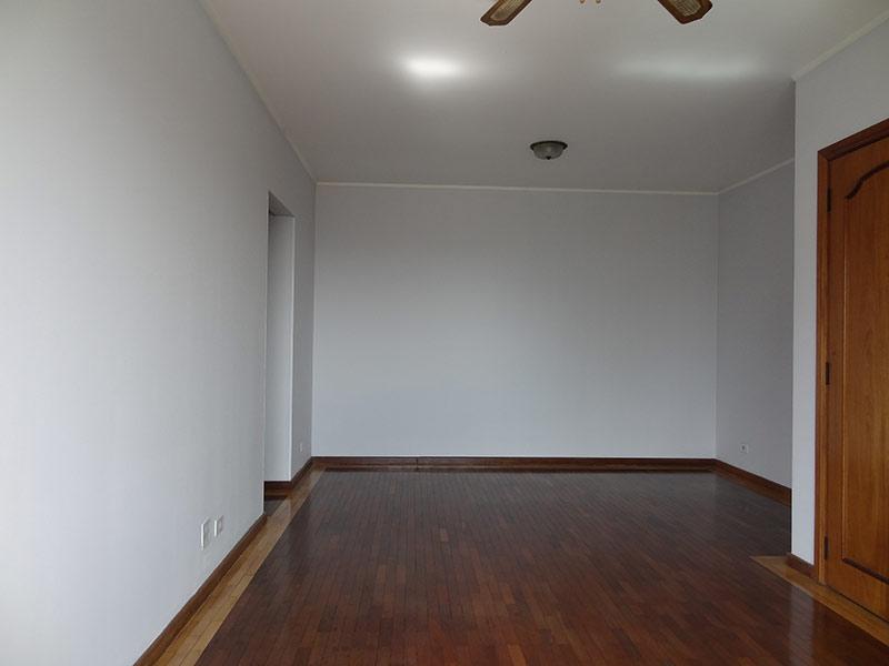 Ipiranga, Apartamento Padrão-Sala com dois ambientes, piso de madeira e teto com moldura de gesso.