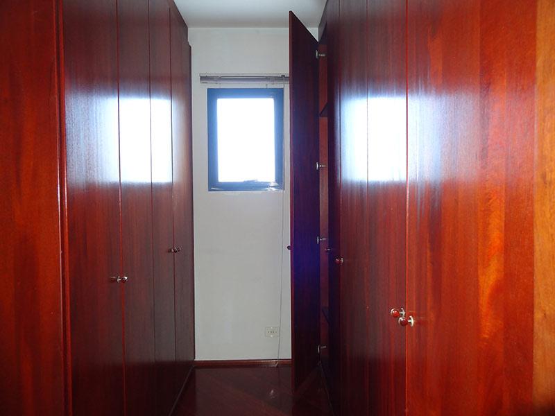 Ipiranga, Apartamento Padrão-Closet com piso laminado e armários planejados.