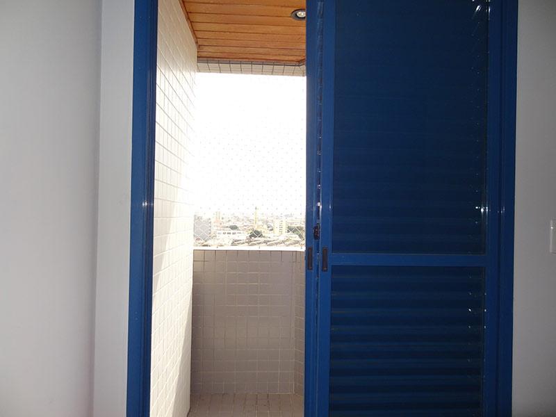 Ipiranga, Apartamento Padrão-Sacada da suíte com piso de cerâmica e teto de madeira.