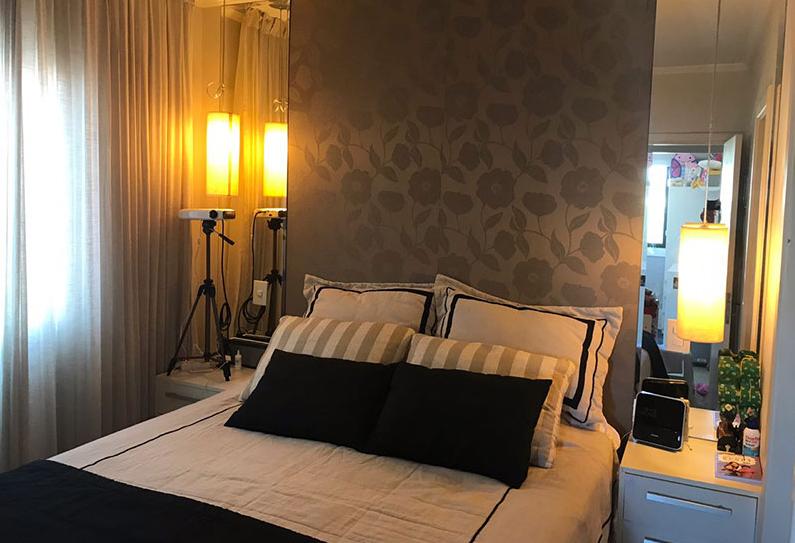 Sacomã, Apartamento Padrão - Dormitório com piso de porcelanato, teto com moldura de gesso e armários planejados.
