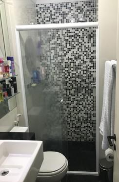 Sacomã, Apartamento Padrão-Banheiro da suíte com piso de cerâmica, teto com moldura de gesso, cuba sobreposta, bancada de granito, gabinete e box de vidro.