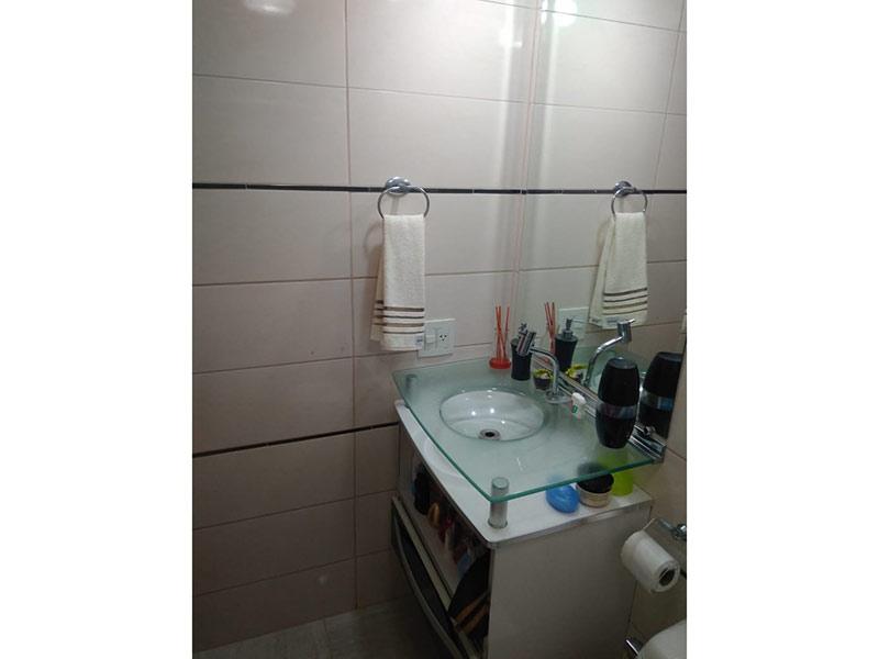 Sacomã, Apartamento Padrão-Banheiro com piso de cerâmica, pia de vidro e box de vidro.