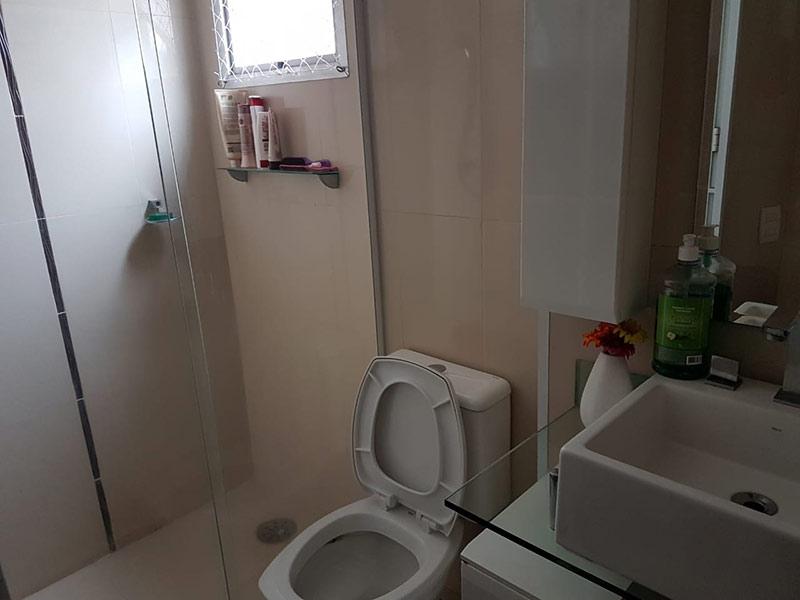 Jabaquara, Apartamento Padrão-Banheiro com piso de cerâmica, teto com moldura de gesso, cuba sobreposta, gabinete e box de vidro.