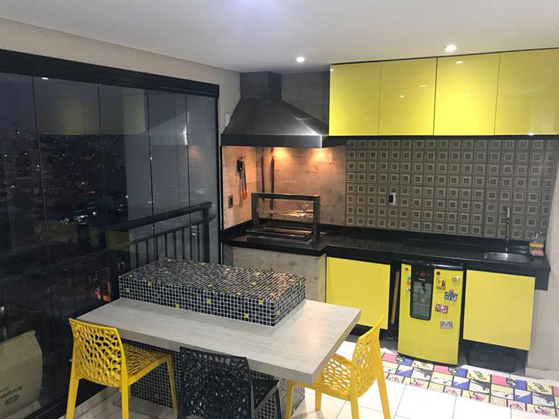 Sacomã, Apartamento Padrão-Varanda gourmet com piso de cerâmica, teto rebaixado, iluminação embutida, cortina de vidro, pia de granito, gabinete e armários planejados.