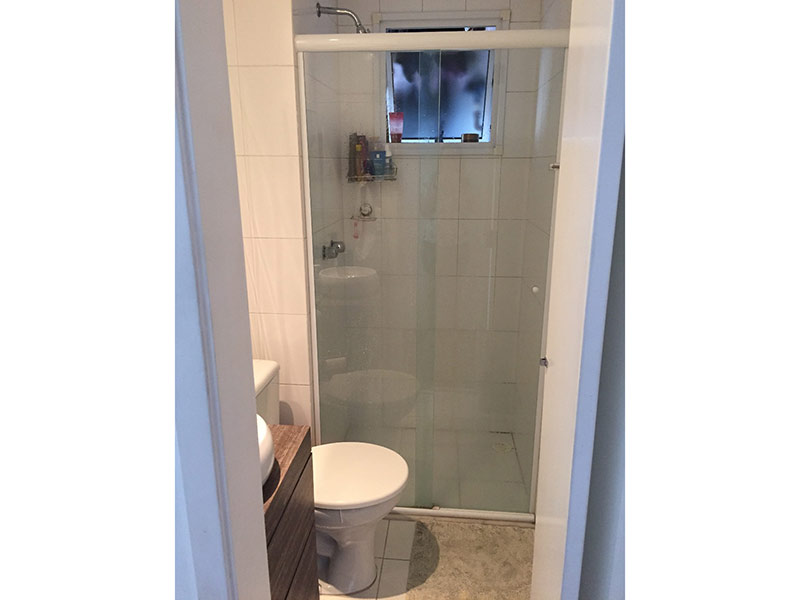 Sacomã, Apartamento Padrão-Banheiro com piso de cerâmica, cuba sobreposta, gabinete e armários planejados.
