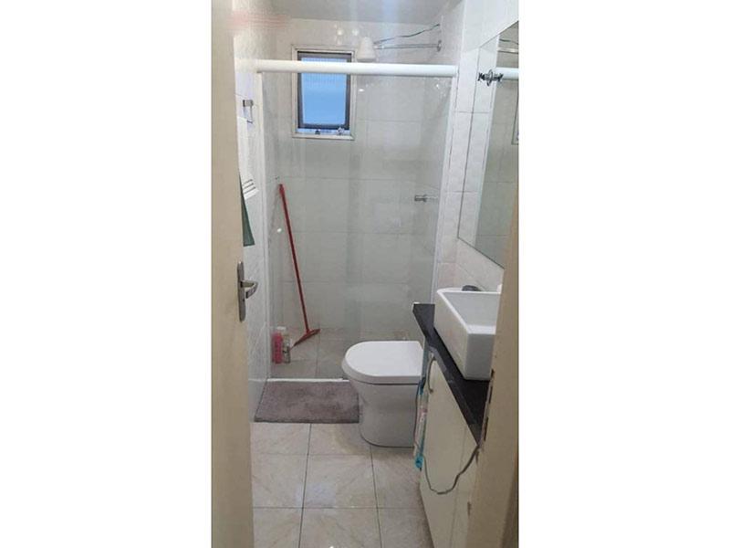 Jabaquara, Apartamento Padrão-Banheiro com piso de cerâmica, cuba sobreposta, bancada de granito, gabinete e box de vidro.