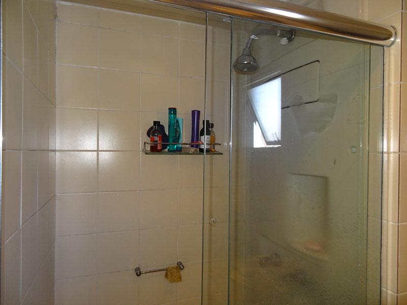 Ipiranga, Apartamento Padrão-Banheiro com piso de cerâmica, teto com moldura de gesso, pia de granito, gabinete e box de vidro.
