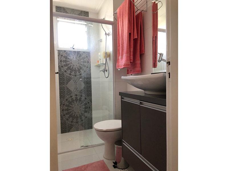 Ipiranga, Apartamento Padrão-Banheiro com piso de cerâmica, teto com moldura de gesso, cuba sobreposta, gabinete e box de vidro.