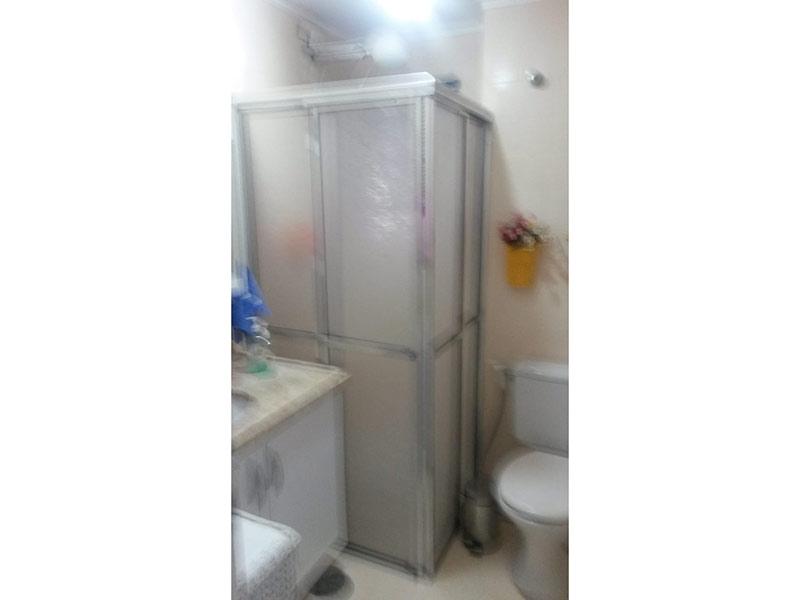 Jabaquara, Apartamento Padrão-Banheiro com piso de cerâmica, teto com moldura de gesso, pia de mármore, gabinete e box de vidro.