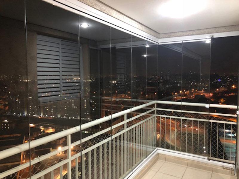 Ipiranga, Apartamento Padrão-Varanda gourmet com piso de cerâmica, teto rebaixado, cortina de vidro, pia de granito e gabinete.
