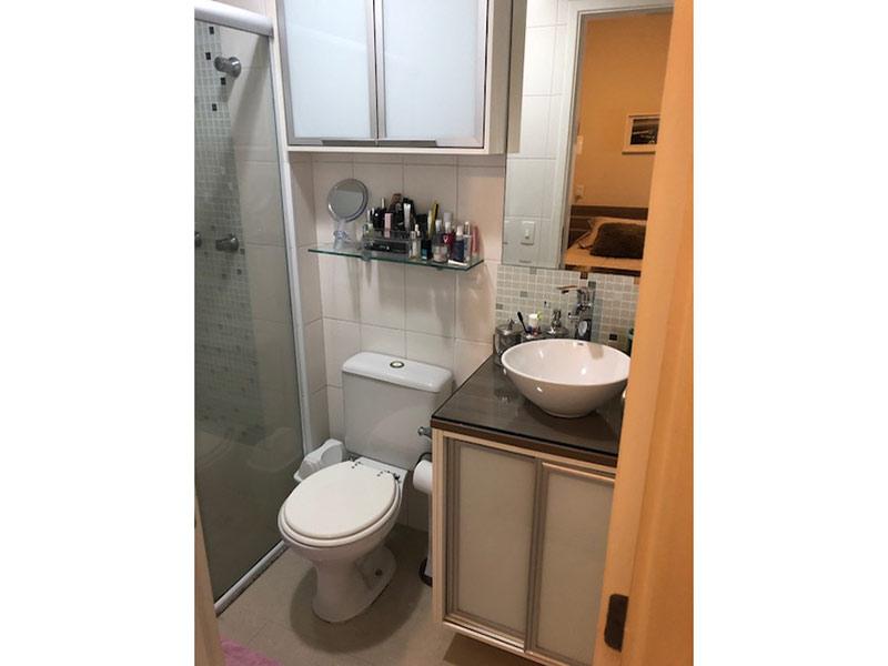 Ipiranga, Apartamento Padrão-Banheiro da suíte com piso de cerâmica, cuba sobreposta, gabinete e box de vidro.