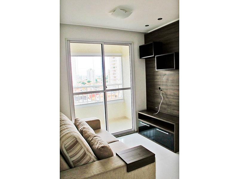Sacomã, Apartamento Padrão - Sala com piso de porcelanato, teto com moldura de geso, iluminação embutida, armários planejados e acesso a varanda.