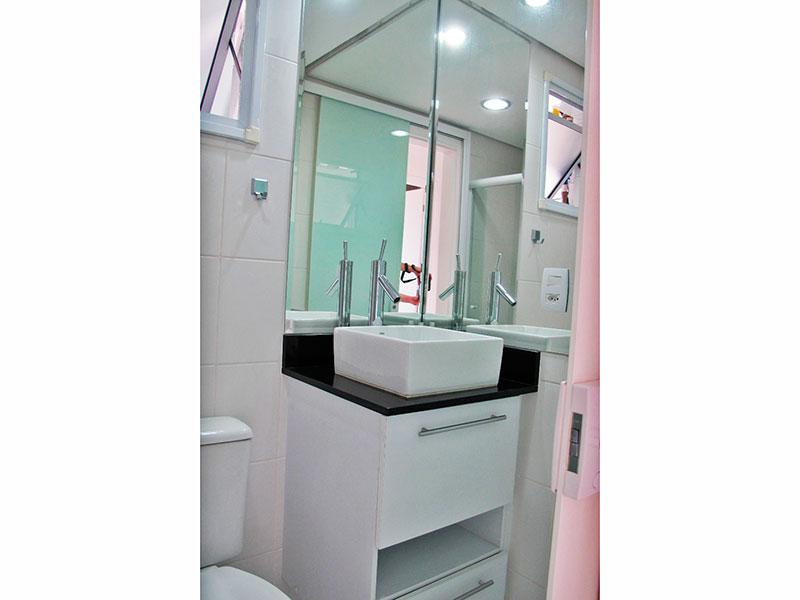 Sacomã, Apartamento Padrão-Banheiro social com piso de cerâmica, teto com sanca, iluminação embutida, gabinete, pia sobreposta e box de vidro.