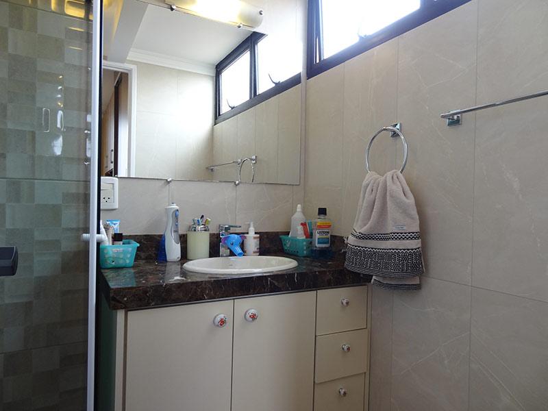 Jabaquara, Apartamento Padrão-Banheiro da suíte com piso de cerâmica, teto com moldura de gesso e box de vidro.