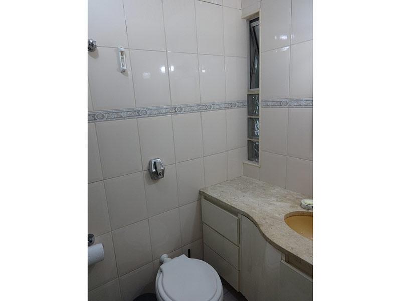 Sacomã, Apartamento Padrão-Banheiro com piso de cerâmica, pia de mármore e gabinete.