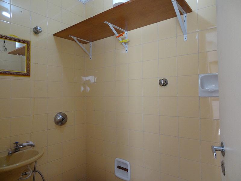 Ipiranga, Apartamento Padrão-Banheiro de serviço com piso cerâmica e teto com moldura de gesso.