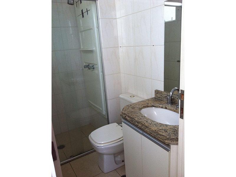 Ipiranga, Apartamento Padrão-Banheiro da segunda suíte com piso de cerâmica, pia de granito, gabinete e box de vidro.