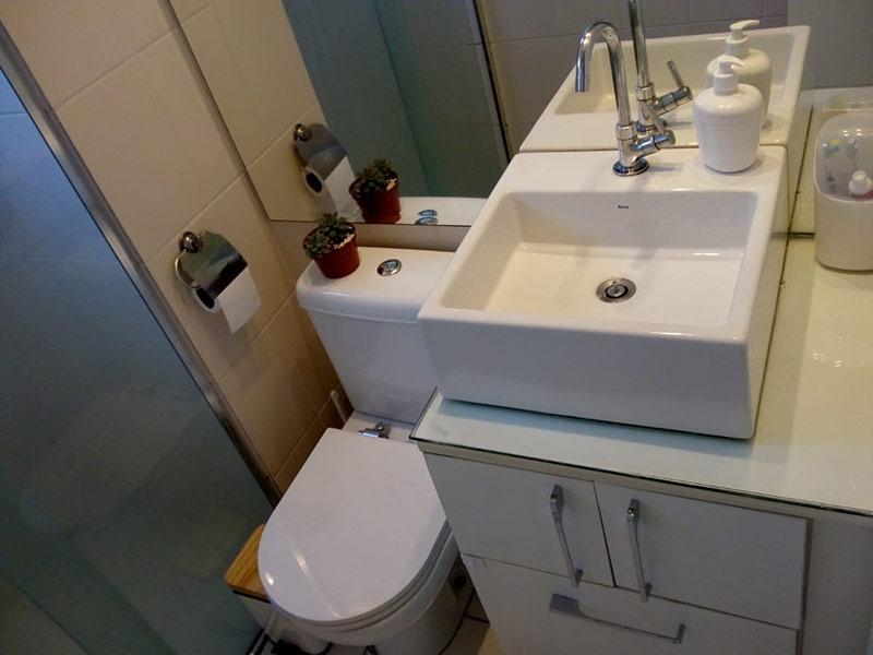 Jabaquara, Apartamento Padrão-Banheiro com piso de cerâmica, cuba sobreposta, gabinete e box de vidro.