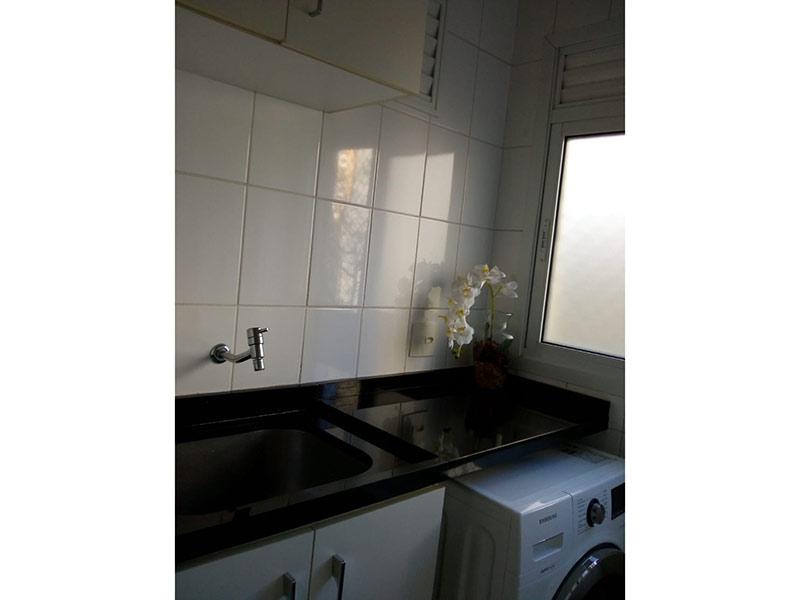 Jabaquara, Apartamento Padrão-Área de serviço com piso de cerâmica, pia de granito, gabinete e armários planejados.
